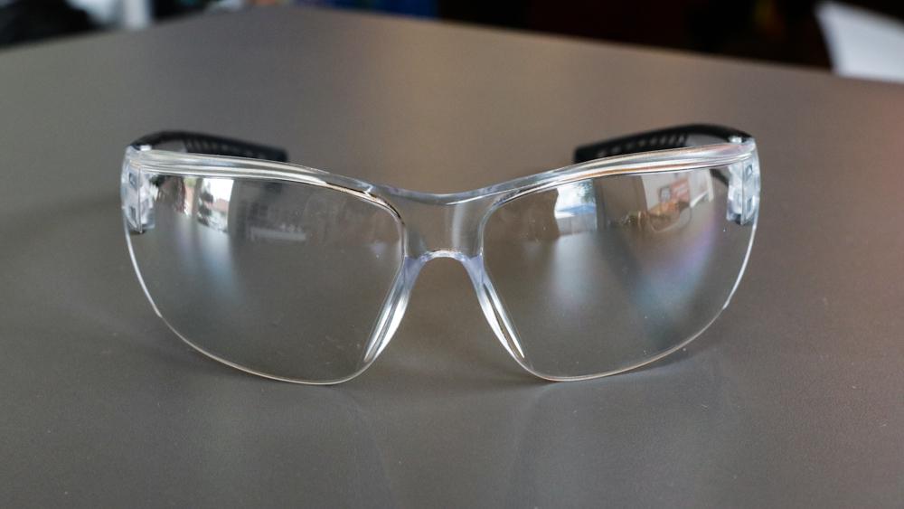 Okuliare s čírymi sklami sú ideálne na večerné jazdy, keď je málo svetla.