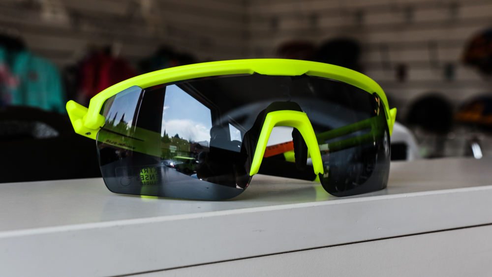 Už aj okuliare v strednej cenovej kategórii majú napr. špeciálne otvory v hornej časti zorníc, ktoré umožňujú lepšie odvetrávanie a zabraňujú tak zahmlievaniu skiel pri vysokej vlhkosti vzduchu. Okuliare Uvex SPORTSTYLE 804 VM sú profesionálne bezrámové okuliare Uvex s fotochromatickými sklami variomatic a úpravou supravision proti zahmlievaniu.
